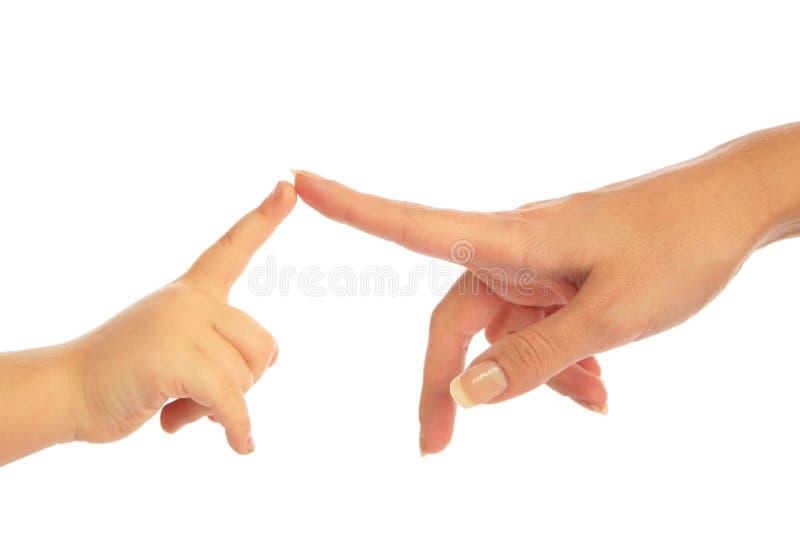 Criança e matriz que tocam pelos dedos imagem de stock