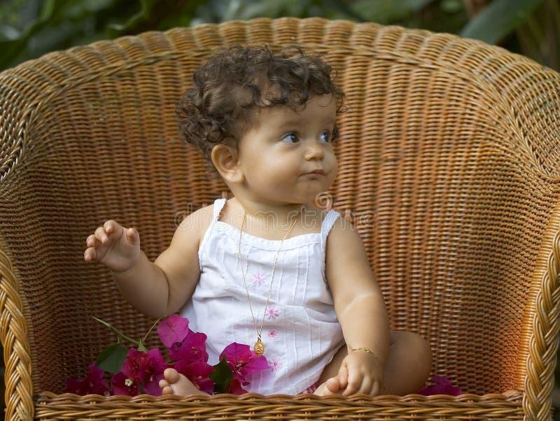 Criança e orquídea da cadeira imagem de stock