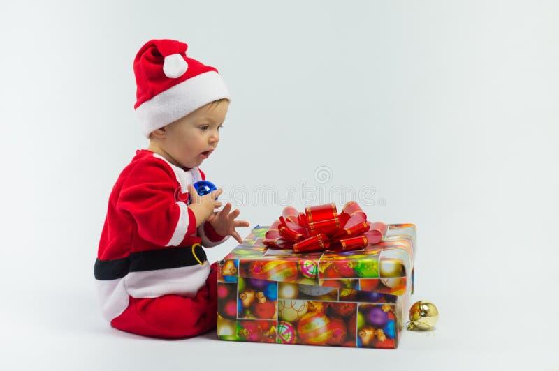 Criança e presente fotografia de stock