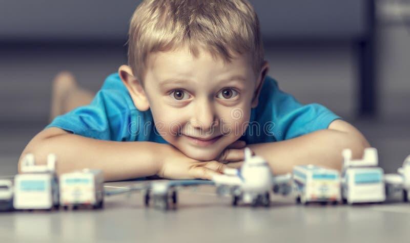 Criança e retrato dos brinquedos imagem de stock
