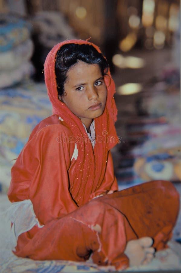 Criança egípcia nova do berber do retrato no deserto imagens de stock royalty free