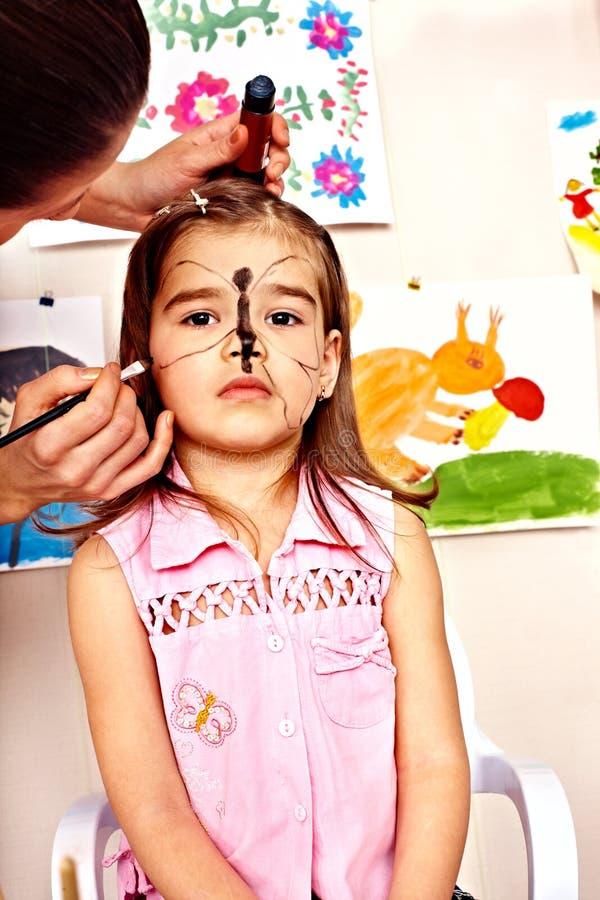 Criança em idade pré-escolar da criança com pintura da cara. fotos de stock royalty free