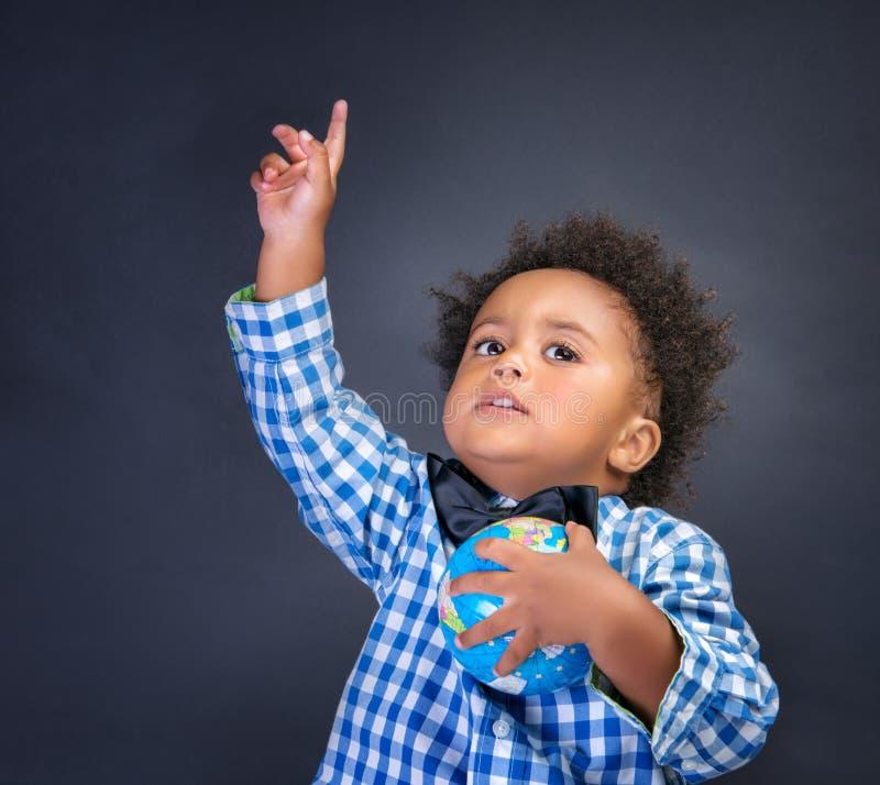 Criança em idade pré-escolar feliz que descobre o mundo fotografia de stock