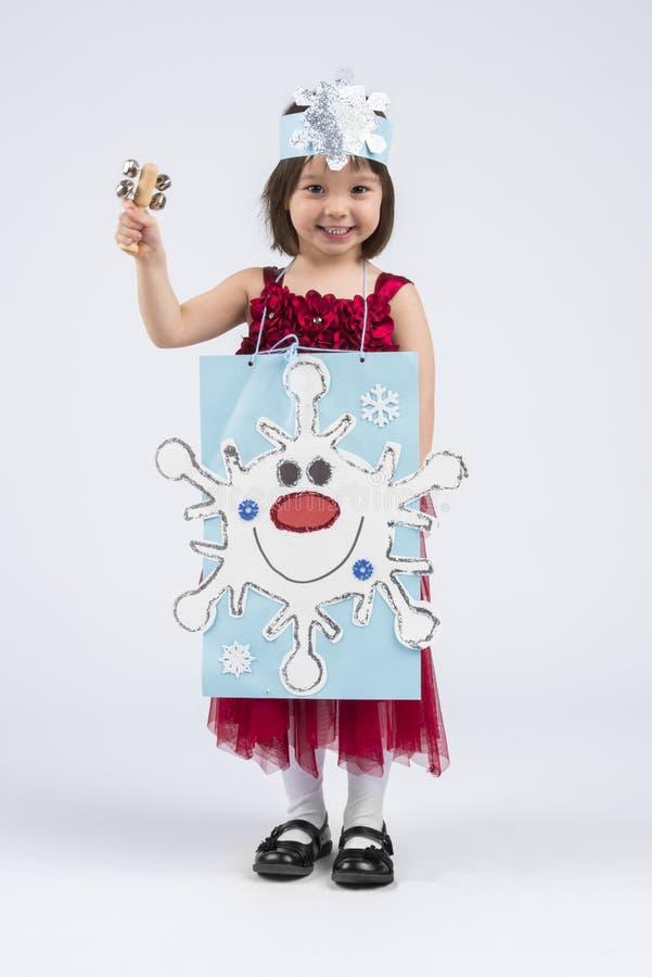 Criança em idade pré-escolar que executa com o instrumento musical durante feriados fotos de stock royalty free