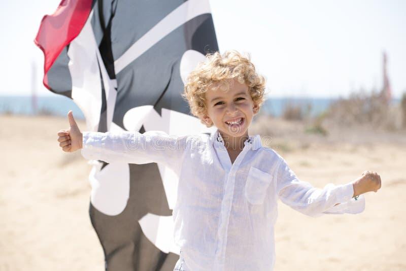 Criança em uma atitude positiva fotografia de stock