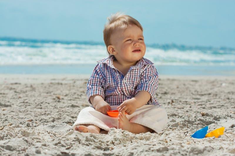 Criança em uma praia fotos de stock