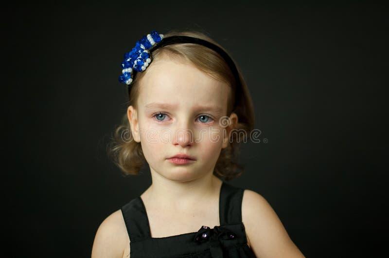Criança emocional com rasgos - uma moça que grita, retrato das belas artes foto de stock royalty free