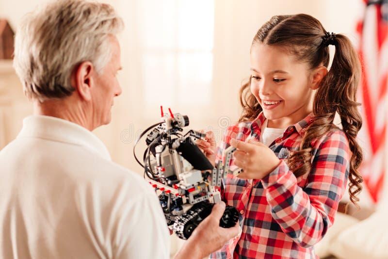 Criança encantador do preteen que examina a máquina robótico foto de stock