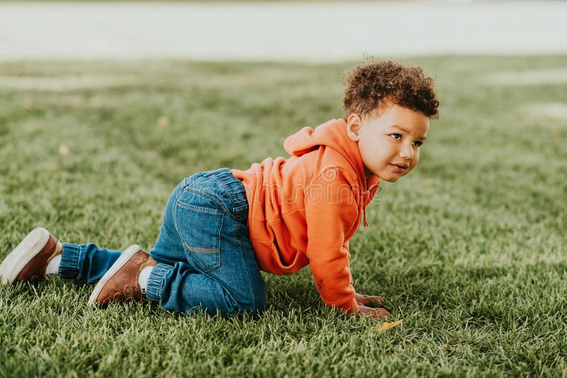 Criança engraçada adorável que joga fora imagem de stock