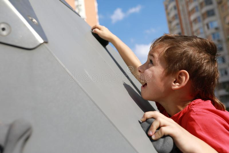 A criança escala a parede fotos de stock