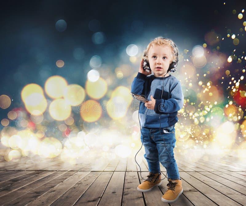 A criança escuta a música imagem de stock