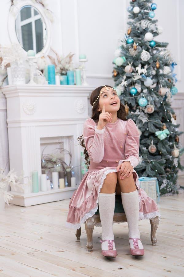 Criança esperançosa Ano novo Sonhos se tornam realidade Conceito de esperança Desejo de natal do bebê Dreamy Fazendo desejo Esper fotos de stock