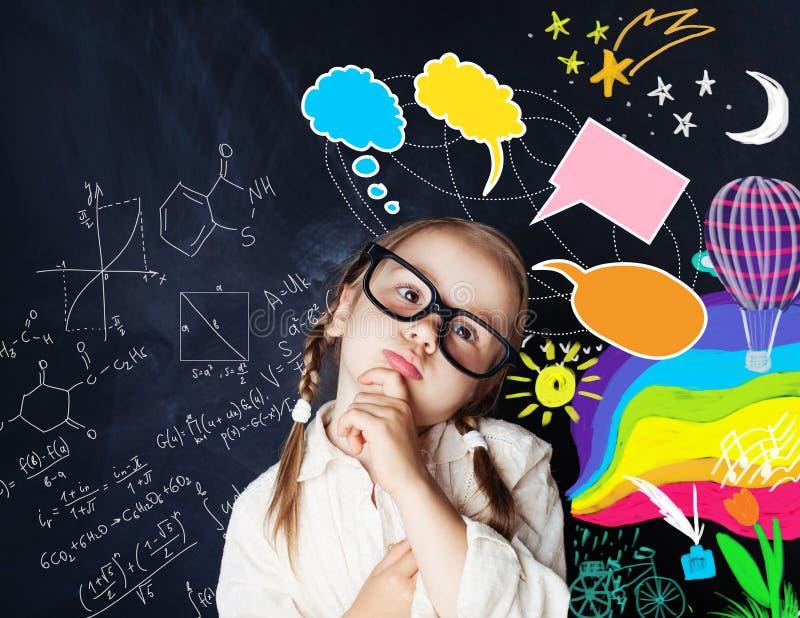 Criança esperta com bolhas do discurso e elementos criativos coloridos fotografia de stock royalty free