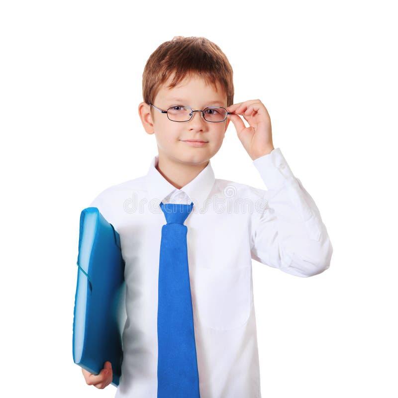 Criança esperta com os vidros que guardam o saco de escola foto de stock royalty free