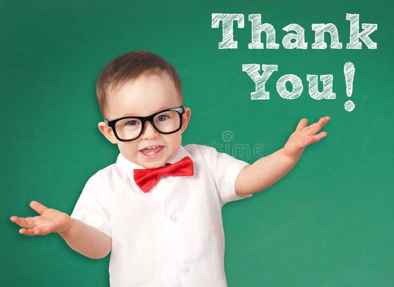 Criança esperta com um agradecimento você mensagem imagens de stock royalty free
