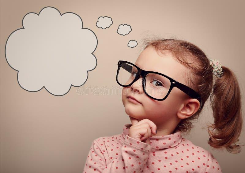 Criança esperta nos vidros que pensa com bolha do discurso acima vintage foto de stock royalty free