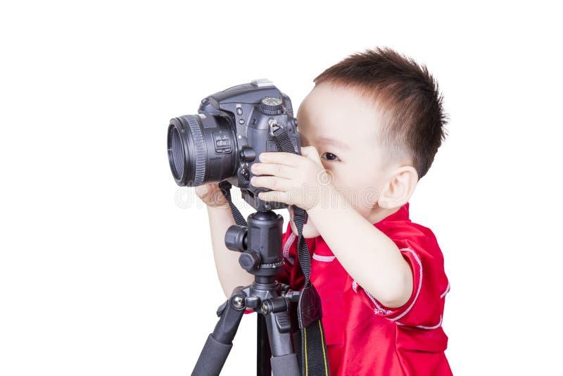 Criança esperta que joga a câmera isolada imagens de stock