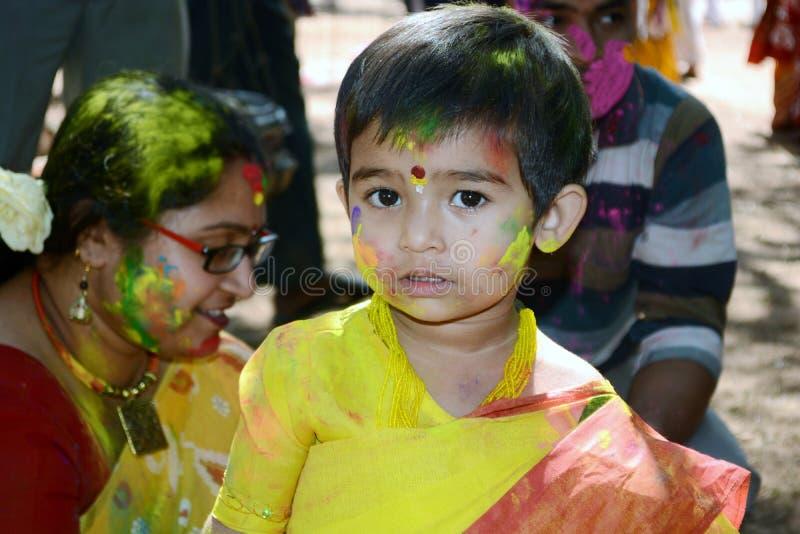 A criança está apreciando Holi, retrato colorido fotografia de stock royalty free