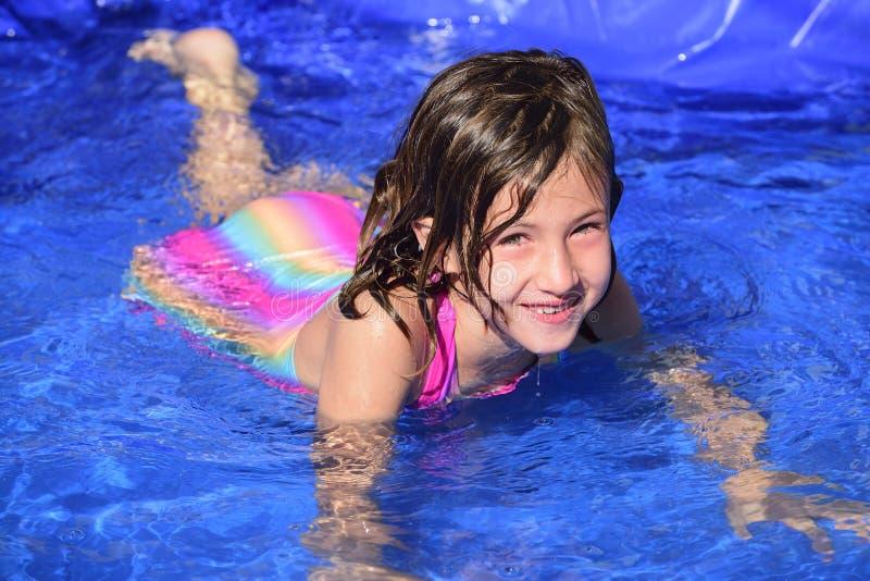 A criança está aprendendo como nadar fotografia de stock royalty free