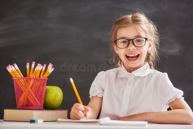 A criança está aprendendo na classe foto de stock