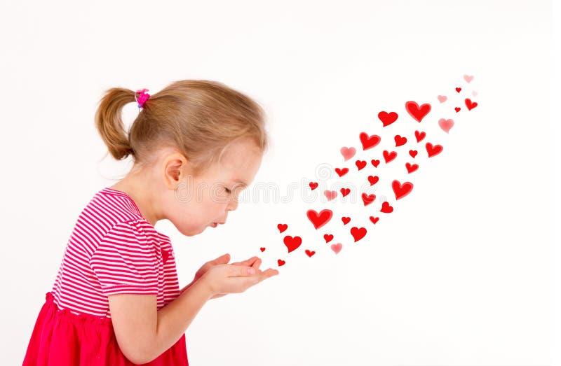 A criança está enviando beijos dados forma coração imagens de stock royalty free