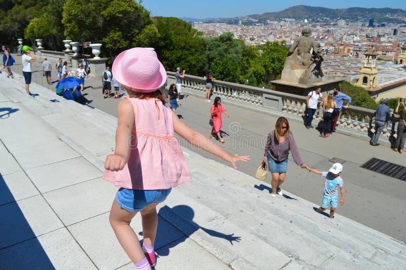 A criança está jogando em escadas do Museu Nacional do Catalan em Barcelona, Espanha o 22 de junho de 2016 imagens de stock royalty free