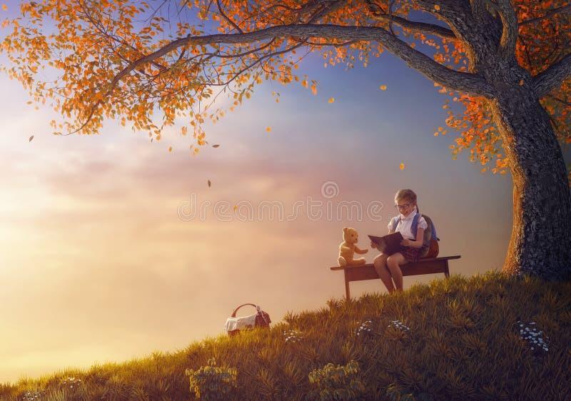 A criança está lendo um livro imagens de stock