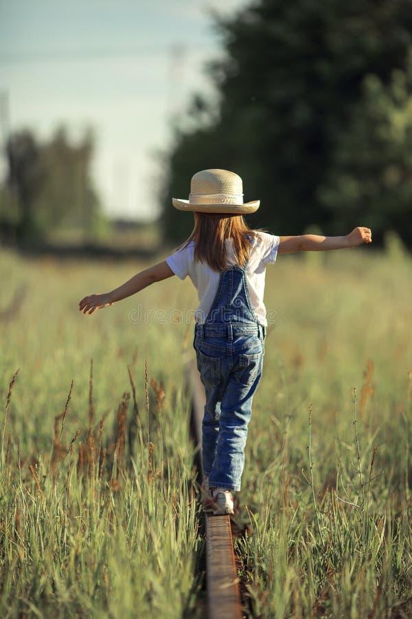 A criança está no trilho fotografia de stock