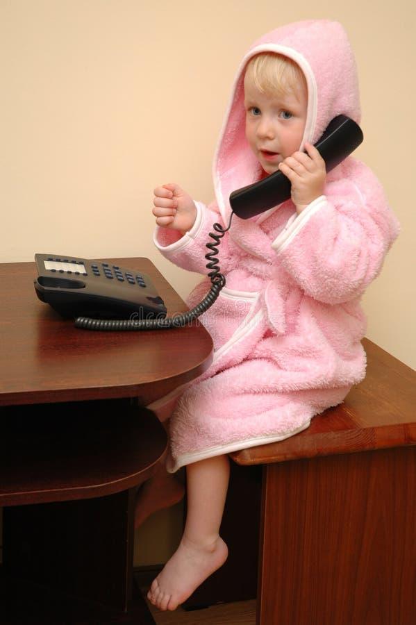 A criança fala no telefone imagem de stock royalty free