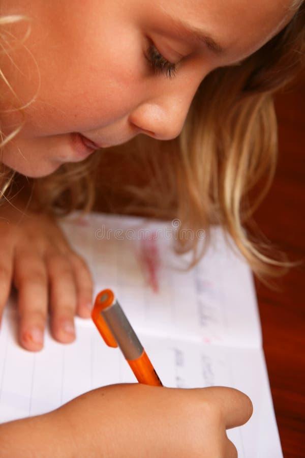 A criança faz trabalhos de casa imagem de stock