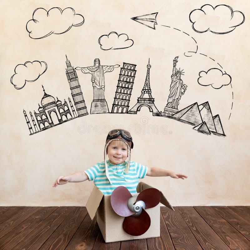 Criança feliz brincando com avião de brinquedo fotos de stock