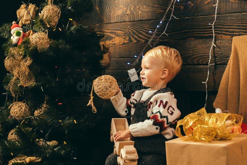 Criança feliz com caixa de presente do Natal Cartão de Natal Crianças do ano novo Criança do retrato com o presente no fundo de m foto de stock royalty free