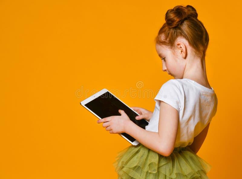 Criança feliz com computador da tabuleta Exibição da criança fotos de stock