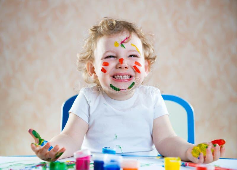 Criança feliz com mãos pintadas foto de stock royalty free