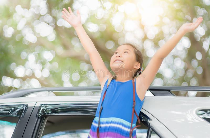 Criança feliz com os braços aumentados do carro da janela fotografia de stock