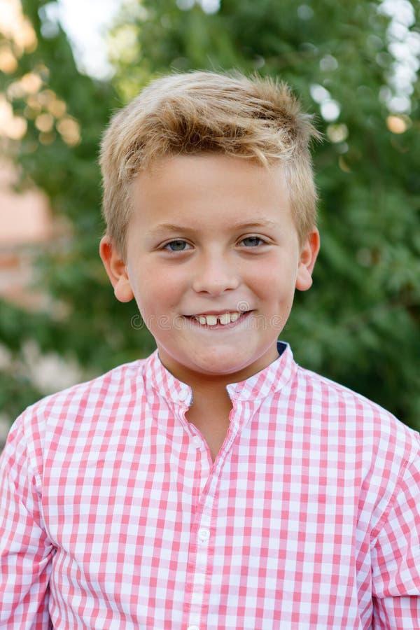Criança feliz com shir cor-de-rosa fotografia de stock royalty free