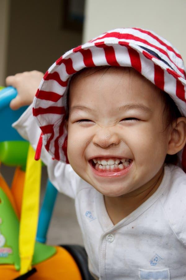 Criança feliz com um sorriso grande:) fotos de stock