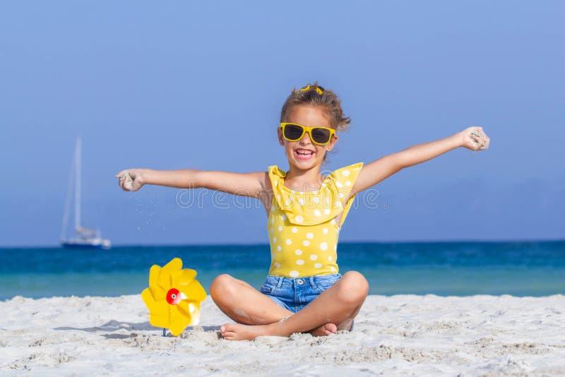 Criança feliz do smilinng em férias imagens de stock