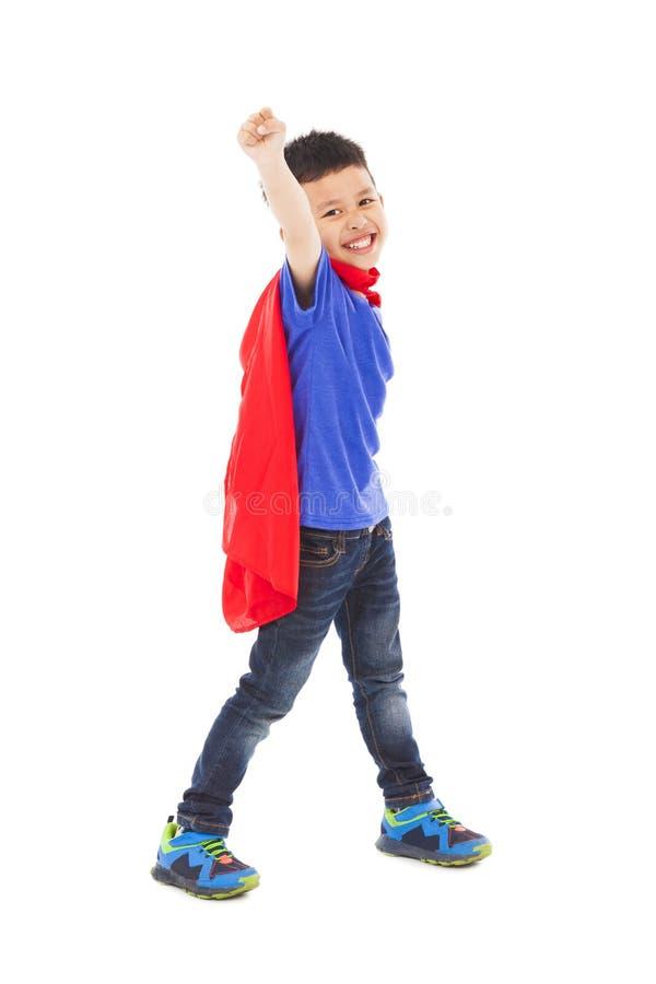 A criança feliz do super-herói imita a pose do voo imagem de stock royalty free