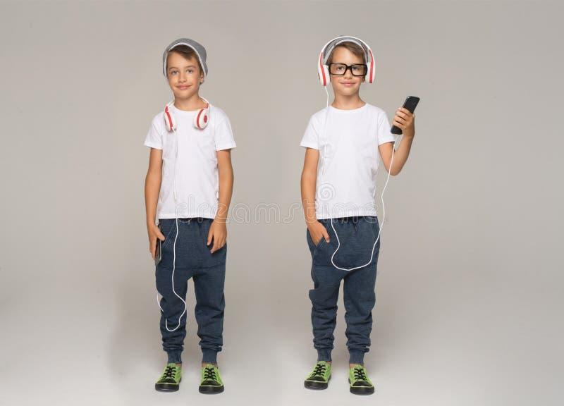 Criança feliz dos pares com fones de ouvido Música de escuta fotos de stock