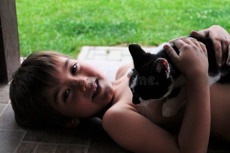 Criança feliz e seu gato fotografia de stock royalty free