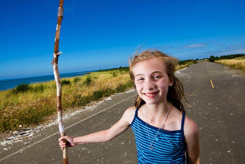 Criança feliz em um longo caminho sob um céu azul. fotografia de stock royalty free