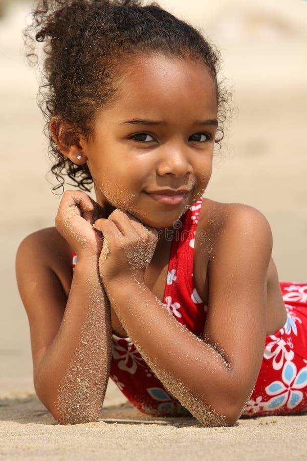 Criança feliz em uma praia imagem de stock royalty free