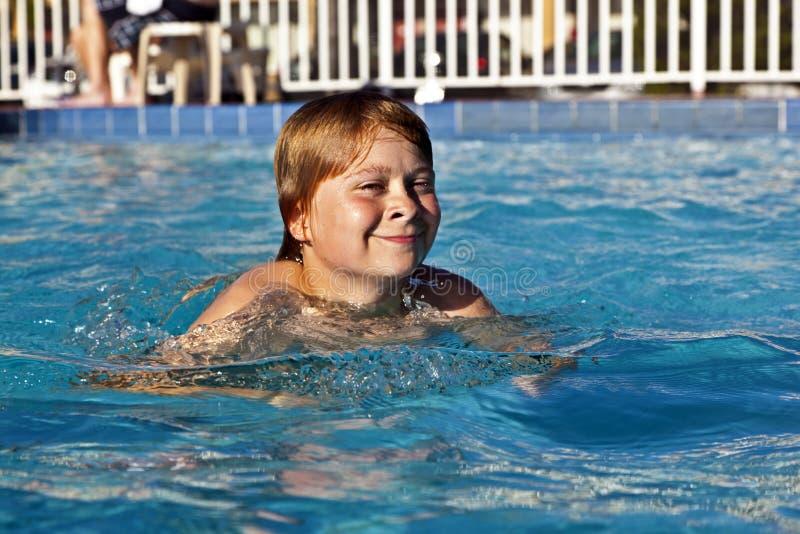 A criança feliz está nadando na associação fotografia de stock royalty free