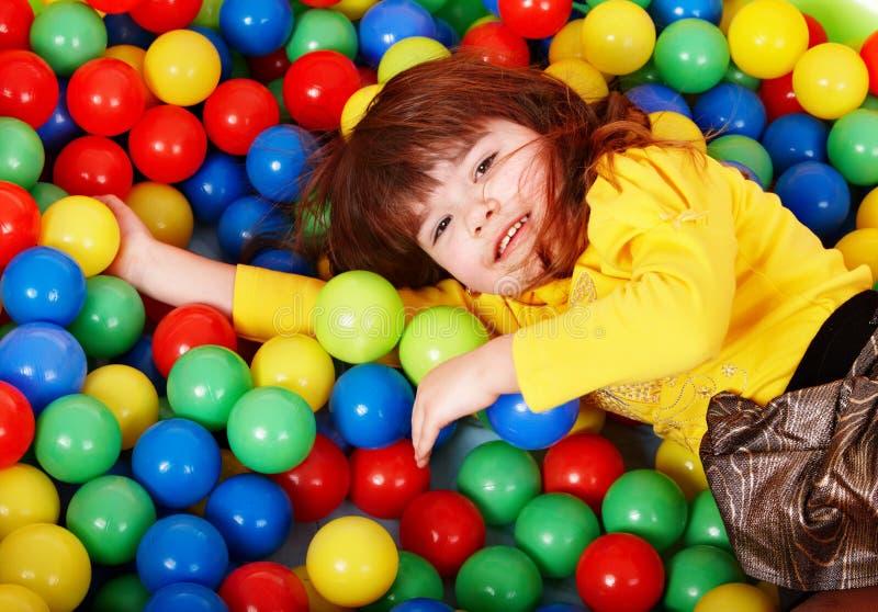 Criança feliz na esfera colorida do grupo. imagem de stock royalty free