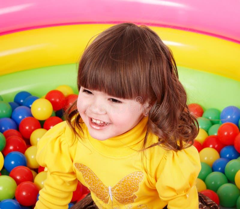 Criança feliz na esfera colorida do grupo. fotos de stock