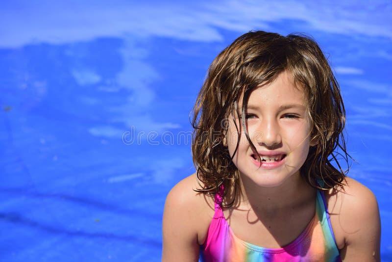 Criança feliz na piscina fotografia de stock