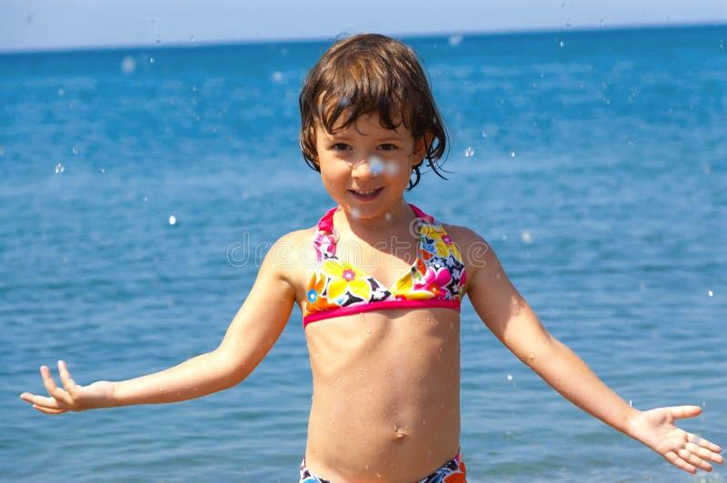 Criança feliz na praia fotografia de stock