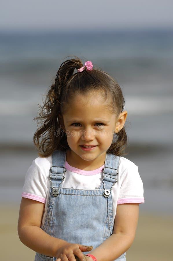 Criança feliz na praia foto de stock royalty free