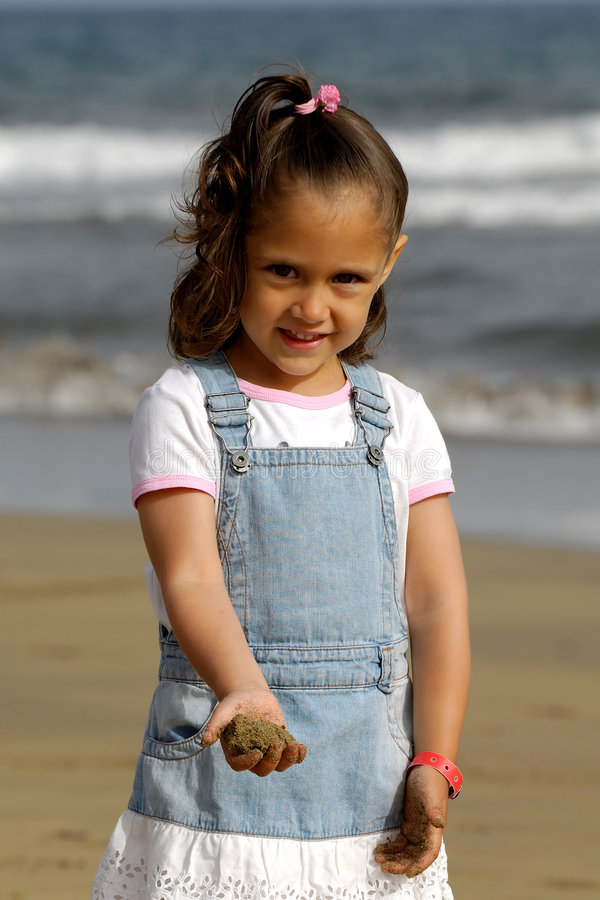 Criança feliz na praia imagem de stock royalty free